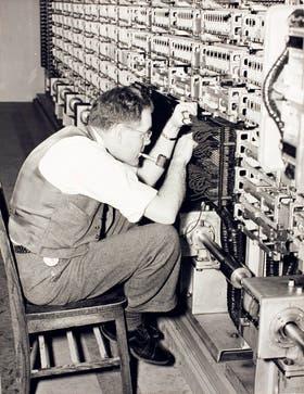 Las primeras computadoras estaban hechas de relés y kilómetros de cables