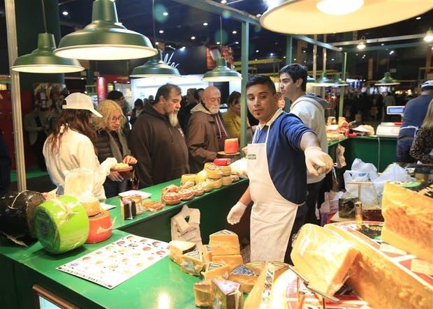 Quesos, salames y otros embutidos eran ayer los productos más buscados en la feria