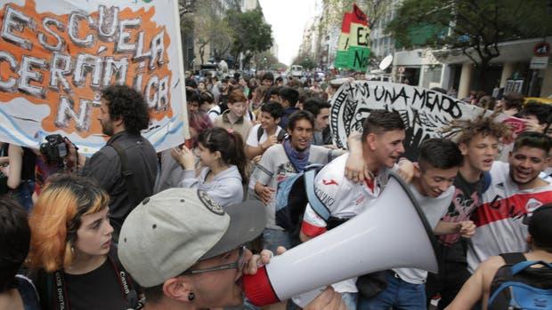Estudiantes protestaron, ayer, ante la Defensoría del Pueblo de la Ciudad