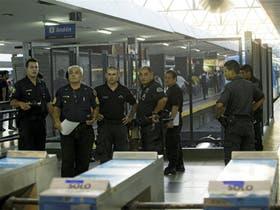Los oficiales de la Policía Federal vigilaron para impedir el robo de cables