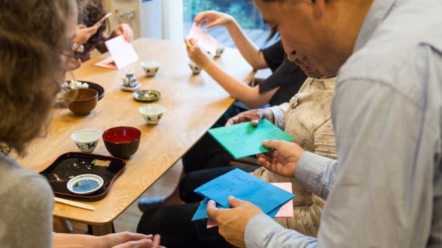El final del almuerzo, con tarjetas y suvenires. Gentileza Airbnb