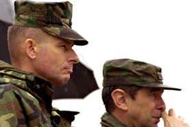 Los generales Pace y Brinzoni observan una unidad que fue constituida con material norteamericano