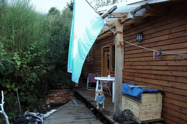 Rita Payano envió la foto del frente de su casa en Bariloche donde se ve la bandera y su perra con pañuelo albiceleste