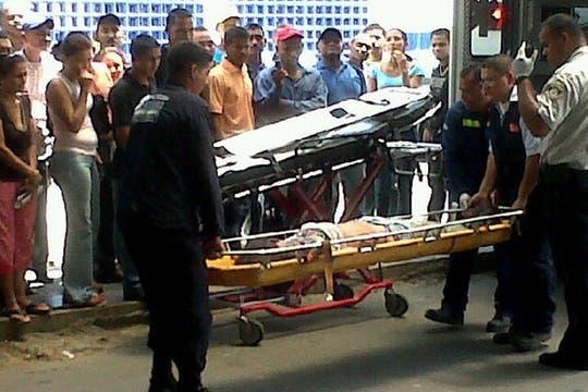 Imagen globovisión tv, rescatistas trasladan a los heridos del accidente. Foto: AP