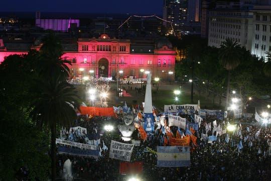 Vista de la pLaza de Mayo repleta de gente, muchos pasaron ahí la noche para entrar a la Casa Rosada. Foto: LA NACION / Alfredo Sánchez