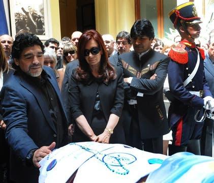 Maradona dió las condolencias a Cristina. Foto: Presidencia de La Nación