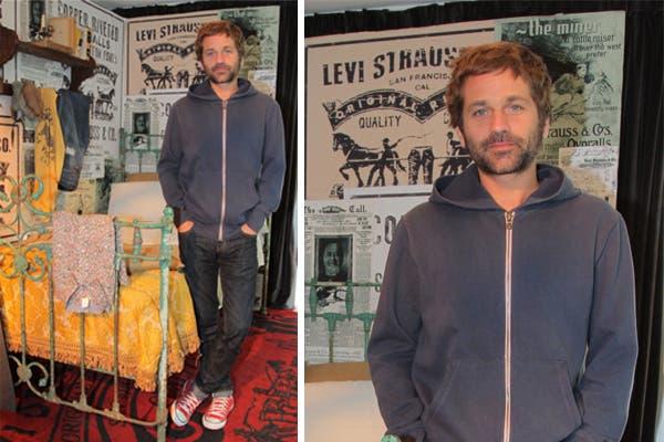 Nicolás Pauls visitó el local de Levi''''''''s en San Telmo, con un atuendo muy cómodo: jeans, zapatillas rojas y un buzo bien abrigado. Podría afeitarse de vez en cuando, ¿no?. Foto: Urban PR