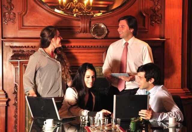 Ignacio Castiglione (en el centro) tiene 31 años y encabeza un equipo de abogados en el estudio O'Farrell