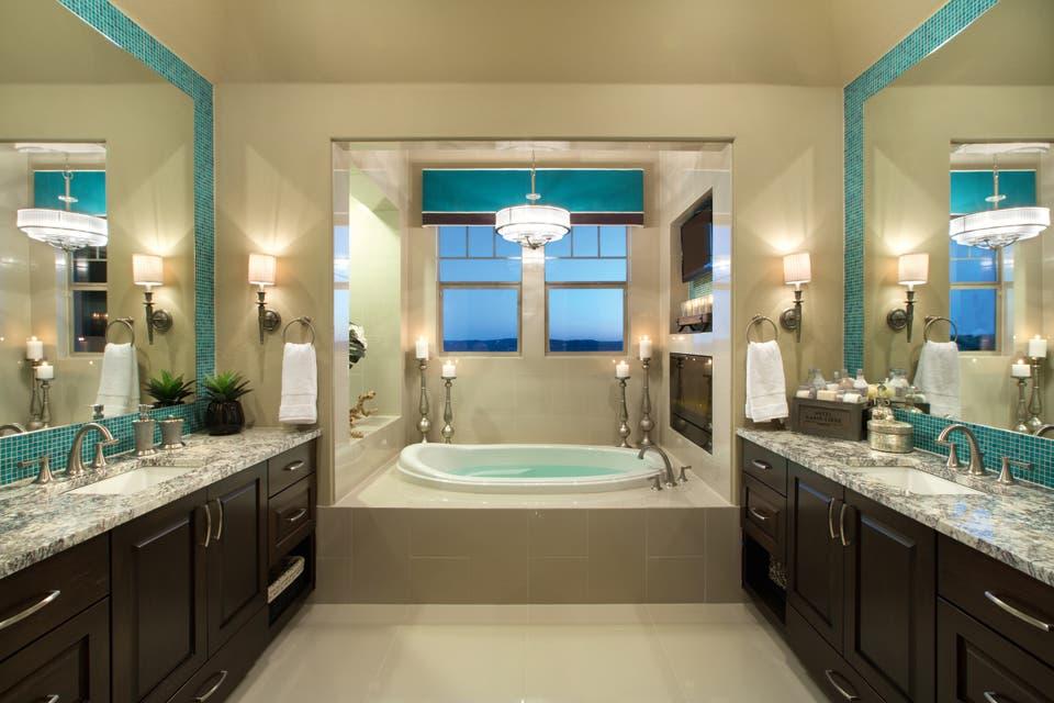 Puro placer. Juego de simetrías: baño y cuarto en perfecto espejo; un orden que aporta sensación de absoluta paz, comodidad y armonía a esta casa decorada por Mary Dewalt.