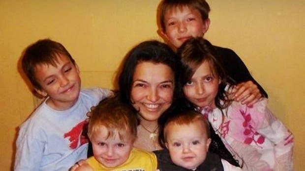 Mariana junto a sus hijos
