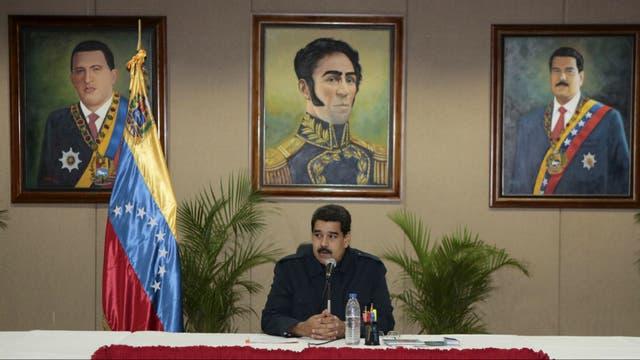 Nicolás Maduro habla en cadena nacional con un cuadro suyo detrás, junto al de Hugo Chávez y Simón Bolívar