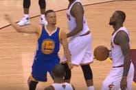 Curry le tiró su protector bucal a un hincha, pero pagará una multa y podrá jugar el partido decisivo de la final