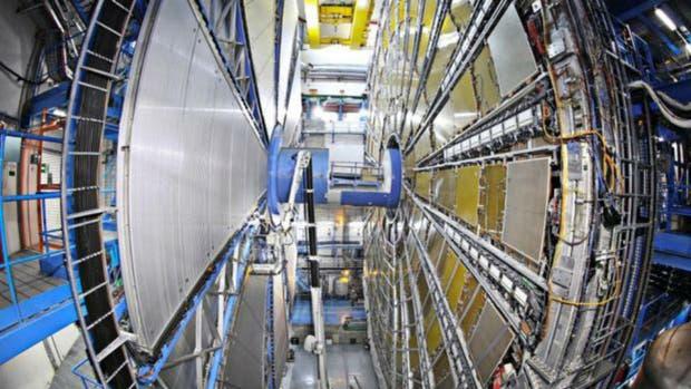 Atlas (foto) y su equivalente CMS descubrieron pistas de una partícula en el mismo lugar