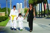 Cuando puede, Zulemita también se suma a la práctica de Jiu-Jitsu con sus hijos, que repiten esta rutina cada verano.