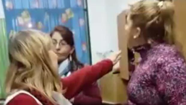 """""""No quiero volver a la escuela"""", dijo la maestra golepeada por la mamá de un alumno"""