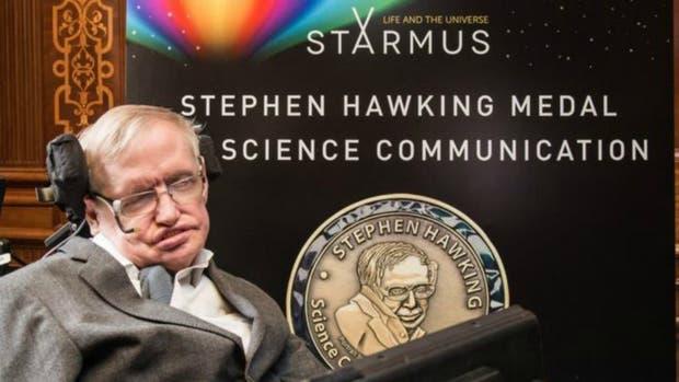 Hawking pide que invadan la Luna