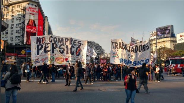 Obelisco: trabajadores despedidos de Pepsico cortan el tránsito en reclamo de su reincorporación