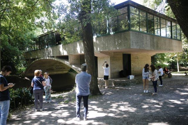 Visitas guiadas a la Casa sobre el Arroyo Abierto de lunes a sábados, de 9 a 13; charlas los martes, jueves y sábados, a las 11.30. En Quintana 3998