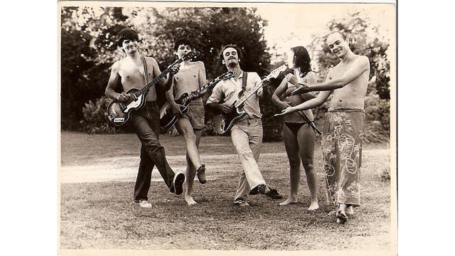 Primera formación de la banda de rock argentina Sumo, en 1981. De izquierda a derecha, Alejandro Sokol, Ricardo Curtet (renombrado Curte), Germán Daffunchio, Stephanie Nuttal y Luca Prodan