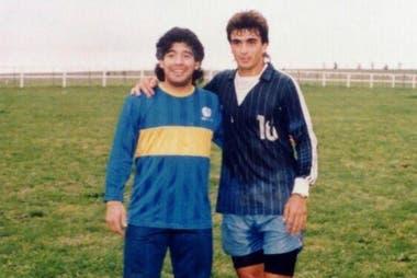 Guillermo con Diego Maradona, en el campo de Mar del Plata que tenían los Pérez Roldán.