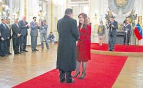 Cristina Kirchner recibe a Chávez en la Casa Rosada, con todo el protocolo presidencial