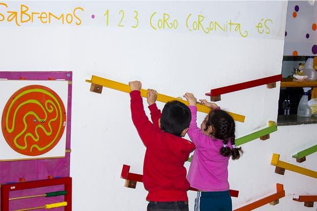 En el Bar hay juegos de mesa, juegos en las paredes, con laberintos, TA TE TI, juegos de ingenio y juegos para tocar, mover, hacer girar, pensados por su diseño y ubicacion para los mas chiquitos. Foto: Gentileza Agustina Ferreri