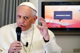 El papa Francisco dio una conferencia de 50 minutos en el avión