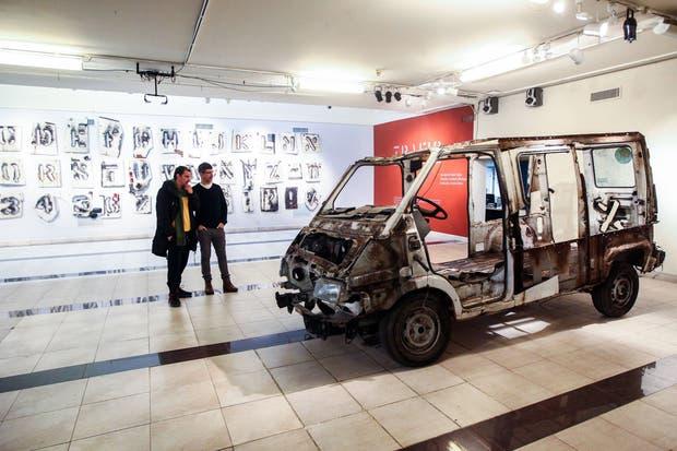 El vehículo, calado para hacer un abecedario de esténcil, eriza la piel de los visitantes