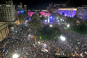 Imponente vista de la Plaza de Mayo, anoche, desde el edificio del gobierno porteño, sobre la calle Bolívar