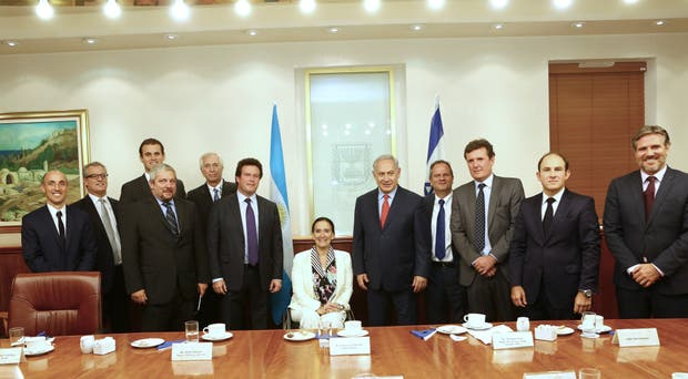 La vicepresidenta Michetti, en el centro con el primer ministro israelí Benjamín Netanyahu, y otros funcionarios de ambos países