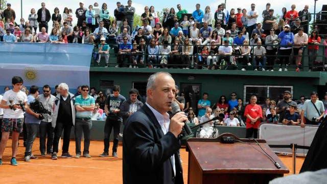 El discurso previo al descubrimiento de la Copa Davis, a cargo de Osvaldo Dadiego, presidente de la entidad anfitriona