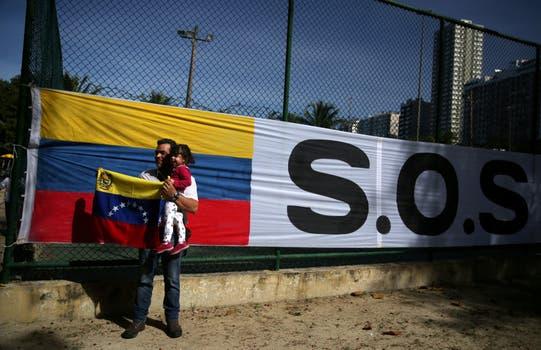 Una bandera contra Maduro en Río de Janeiro. Foto: Reuters