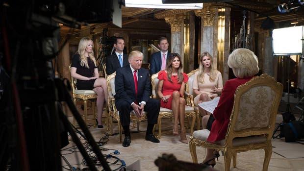 Trump y su familia, durante la entrevista con CBS