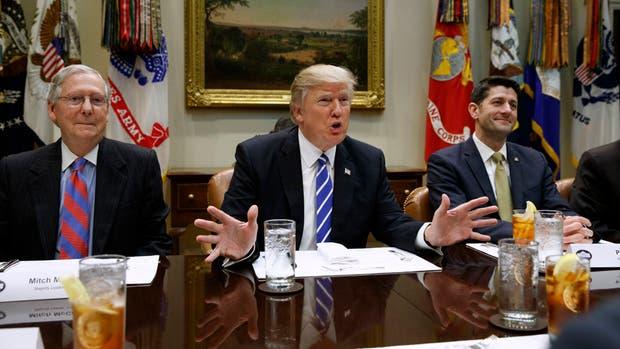 Trump, ayer, en la Casa Blanca, junto al representante Paul