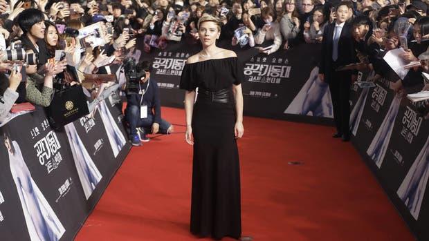 Scarlett Johansson, espléndida con un vestido negro en Seúl