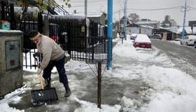 Paisaje nevado e inconvenientes para la vida cotidiana, ayer en Ushuaia