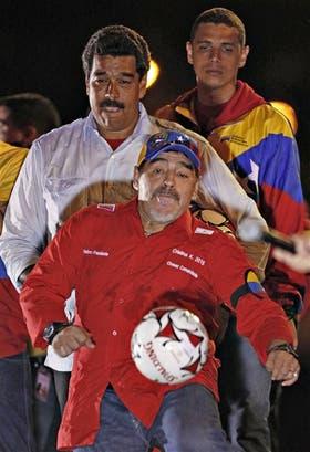 Maduro y Maradona le regalaron pelotas a la multitud que copó Caracas