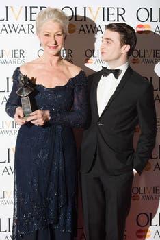 Helen Mirren junto a Radcliffe en la entrega de premios londinense, ella está ternada, él es presentador. Foto: AFP