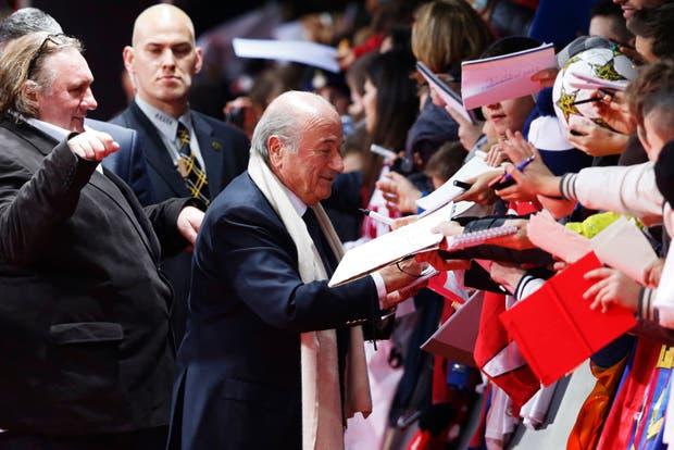Si Blatter firma autógrafos y Depardieu no, algo anda mal en el mundo.  Foto:Reuters