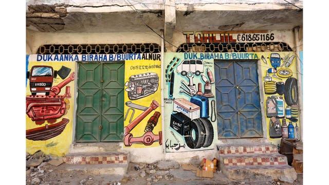 Piezas de repuestos para los vehículos en una pared de una tienda en el distrito de Hodan