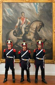 Las habitaciones amplias, de techos altísimos, están decoradas por grandes cuadros del General San Martín. Foto: LA NACION / Guadalupe Aizaga