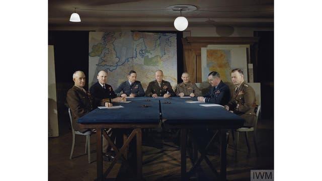 El general Dwight D. Eisenhower y sus comandantes en el cuartel general supremo aliado en Londres, febrero 1944.
