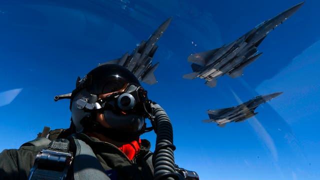 Un piloto de la Fuerza Aérea de los Estados Unidos se une a los F-15 de la Fuerza Aérea de la República de Corea durante una misión de 10 horas desde la Base Aérea de Andersen, Guam, en el espacio aéreo japonés y sobre la Península Coreana