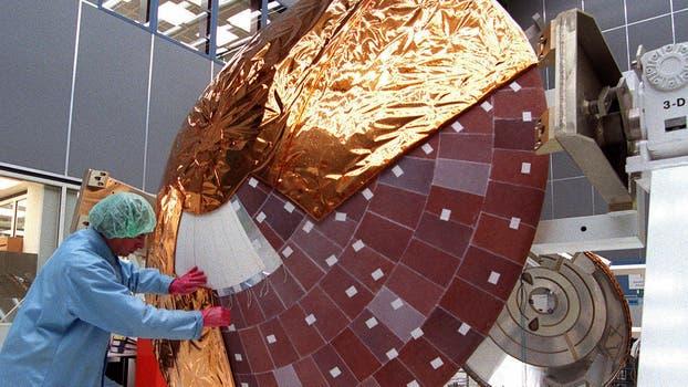 Un técnico trabaja en la sonda Cassini meses antes de ser lanzada al espacio, en 1997. Foto: AP
