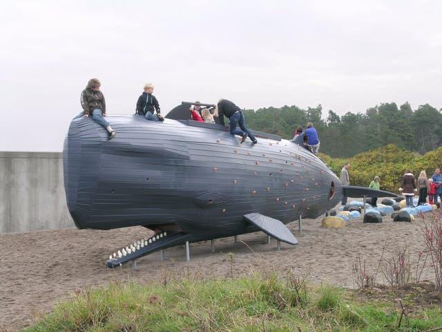 Esta ballena está ubicada afuera del Oceanario de Dinamarca