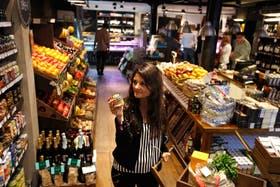 Verónica Tellechea, en su vuelta por el deli The Pick Market de Recoleta