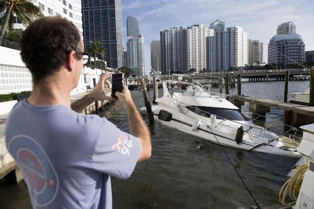 Un bote semihundido en una marina, a metros del centro de Miami, tras el paso de Irma