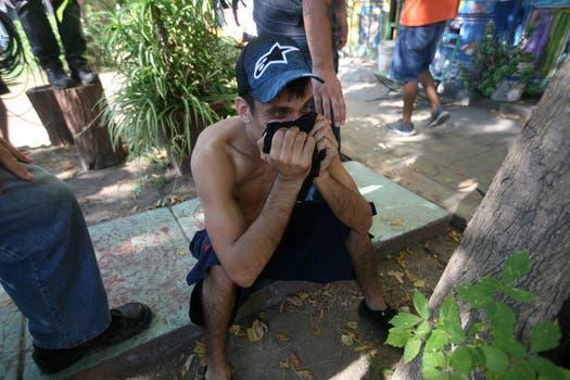 Graves incidentes en el Borda, la policia se enfrentó con los trabajadores del hospital y varios periodistas fueron heridos con balas de goma.. Foto: LA NACION / Silvana Colombo