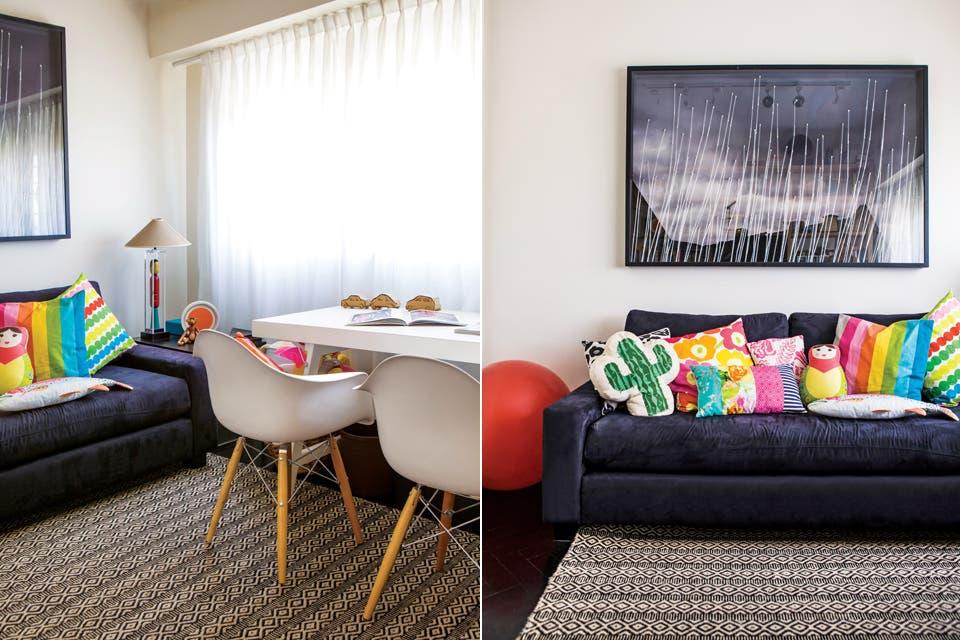 Flexible, el estudio de Orly se usa también como dormitorio cuando se quedan los nietos. Tiene sillas 'Eiffel', un sofá con almohadones (Piaf Diseños) y una alfombra que compraron en un viaje al norte argentino.  Foto:Living /Santiago Ciuffo