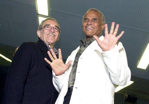 Gabriel García Márquez junto a el actor Harry Belafonte durante la inauguración de la 24 edición del Festival de Cine Latinoamericano en el teatro Karl Marx de La Habana, Cuba. Foto: Archivo